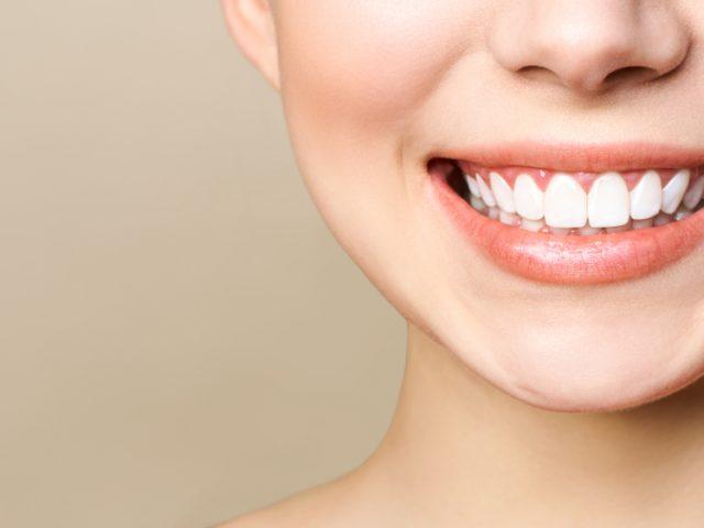 Comment avoir des dents blanches pour retrouver son sourire éclatant